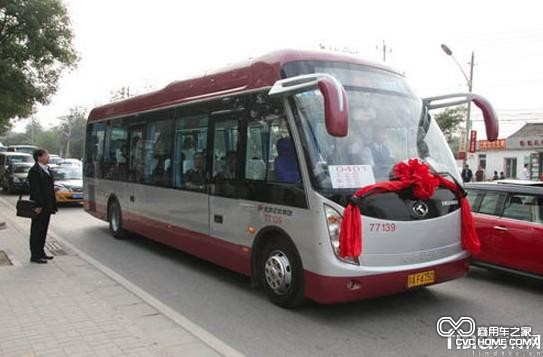 行驶在北京街头的定制公交图片