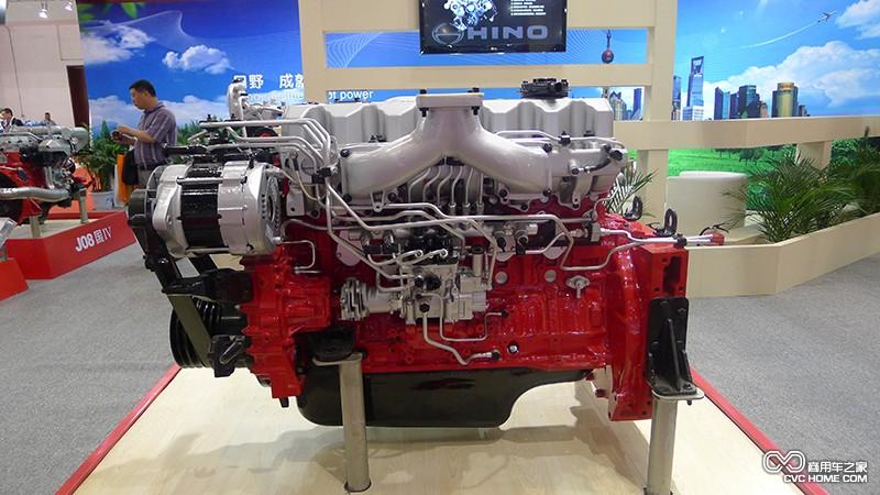 据了解,上海日野P11C发动机为欧III排放,采取EGR(废气再循环)或尾气后处理技术可以满足欧IV排放。先进的燃油喷射系统及构造独特的零部件,使发动机在运行过程中燃烧持续期缩短,降低有害生成及颗粒排放。发动机采用4气门结构,在全负荷状态下,中速燃油耗降低1.5%,高速燃油耗降低3%。混流式涡轮使得涡轮效率提高10%,燃油耗降低3%,换机油周期延长50%。