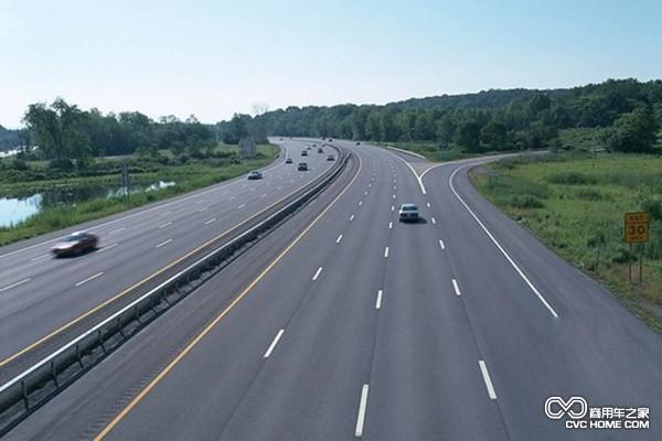 据了解,克拉玛依至塔城高速公路总投资82亿元,建设里程218公里。其中,起点至库鲁木苏互通段128.026公里,设计速度100公里/小时,路基宽度26米;库鲁木苏互通至塔城互通段77.853公里,设计速度120公里/小时,路基宽度28米;塔城互通至重点段12.35公里采用双向四车道一级公路标准,设计速度100公里/小时,路基宽度26米,其中终点段约3公里利用既有公路改扩建。
