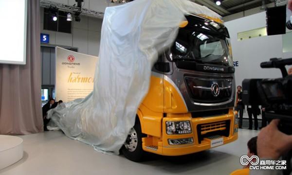 东风品牌商用车在中国家喻户晓。历史上,东风2.5吨卡车EQ240研发定型,在70年代被誉为国家建设的功臣车。70年代末,东风5吨载货车EQ140上市,研发初期就与国际知名品牌卡车进行分析对比,到80年代,两度技术升级,占据当时国内公路运输三分之二的市场。80年代末,东风卡车8吨平头柴油车EQ153上市,填补了中国汽车缺重的空白。90年代期间,开着八平柴,财源滚滚来在客户间广为流传。