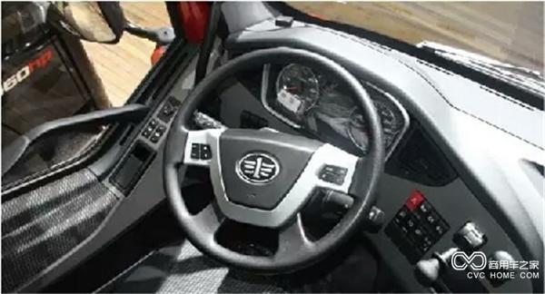 欢迎到访! 专业商用车网络媒体 为您服务 解放J6P牵引车的内饰空间在用户口碑中一直不错,空间够大,乘坐舒适。而解放J6P领航版在此基础上,更是紧跟当下用户需求,推陈出新,丰富操作配置,有效提升驾乘舒适性。  车辆上下很便捷,车门开启角度大,打孔防滑三级蹬车踏板配合两侧扶手十分方便。门框整体胶条设计,密封隔音效果更好。  主驾驶位标配气囊座椅,可实现六向功能角度调节,满足不同身材驾驶员需求,同时座椅做工厚实,大大降低司机疲劳强度,舒适性得到明显提升。  解放J6P领航版牵引车方向盘大小适中,角度可调。采